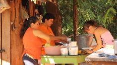 Pobladores de Santaní haciendo Chipa Guazú
