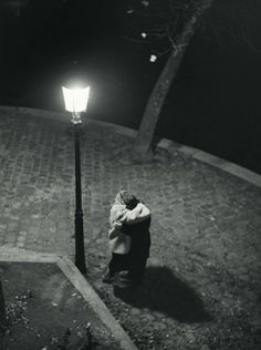 Verliefd onder een lantaarnpaal langs de Seine / In love under a lamppost along the Seine, 1956, Kees Scherer. Dutch (1920 - 1993)
