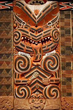 not the taniko and wood panel beside and above compliment the carving (there is no taniko on either side of carving it is tukutuku - big difference) Arte Tribal, Tribal Art, Auckland, Maori Tribe, Maori Patterns, Woodcut Art, Maori People, Polynesian Art, Maori Designs