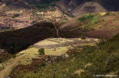 Fortaleza de la huaca Yahuar en Tipón y el valle sagrado en el fondo