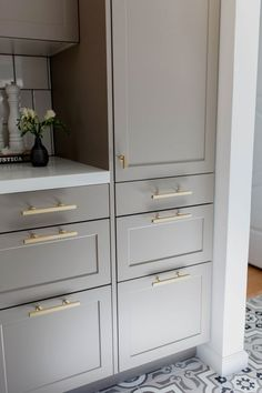 Either the price is one of the things you have to keep in mind, or not, there are enough IKEA kitchen design ideas here to inspire you into getting exactly what you want for your new or remodeled kitchen. We have found interesting takes on how you can redesign your kitchen with IKEA furniture and details, and how you can get them personalized for you to get a kitchen that feels more yours than something out of a catalog. Go ahead and take a look at the outstanding ideas we put together for you. Shaker Style Kitchen Cabinets, Shaker Style Kitchens, Kitchen Cabinet Styles, Kitchen Cabinet Hardware, Farmhouse Style Kitchen, Cool Kitchens, Ikea Kitchens, Shaker Cabinets, Brass Hardware
