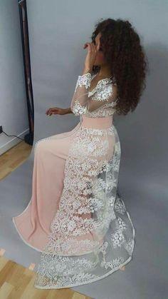 Caftan rose en dentelle Morrocan Dress, Moroccan Caftan, Oriental Dress, Oriental Fashion, Dress Outfits, Dress Up, Fashion Outfits, Prom Dress, Arabic Dress