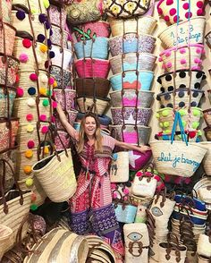 Monogram round large straw bag with double set of handles and 2 tassels, personalized round basket bag. This lovely and fun french market basket features : *Do Round Straw Bag, Summer Bags, Summer Handbags, Basket Bag, Hippie Style, Leather Handle, Diy And Crafts, Weaving, Crafty