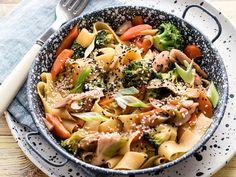 Csirkecombos szélesmetélt zöldségekkel. Pasta Salad, Ethnic Recipes, Food, Diet, Crab Pasta Salad, Essen, Meals, Yemek, Eten