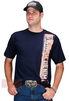 Camiseta Cinch Country Masculina Denim Premium Quality   Camiseta Cinch Denim, masculina. Tecido 100% algodão, cor azul marinho e estampa com o nome da marca. Peça que não pode faltar em seu look country. Seja no campo ou na cidade, essa camiseta vai bem em qualquer ocasião. A Cinch é uma marca que remete ao Cowboy conforto e durabilidade.