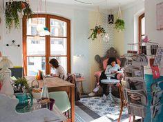 - Pavillon des canaux, enceinte dans cordages, plantes qui pendent, mobilier dépareillée, jolie mosaïque au sol, peinture, grande vitres etc