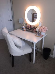 Vanity Mirror with Lights Ideas (DIY or BUY) for Amour Makeup Room - Home Decoration Styling Bedroom Makeup Vanity, Makeup Table Vanity, Vanity Room, Diy Vanity Table, Small Vanity, Small Bathroom Vanities, Mirror Bathroom, Mirror Vanity, Small Makeup Vanities