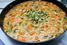 Denne ret er helt klart min livret. Jeg laver den så ofte jeg kan, og gerne i store portioner så jeg enten har til flere dage, eller så jeg kan komme en portion eller to i fryseren. Det tager ikke mere end cirka 25 minutter at lave, og så smager det bare helt utroligt godt. … Quiche, Lchf, Macaroni And Cheese, Vegan Recipes, Curry, Yummy Food, Snacks, Dinner, Cooking