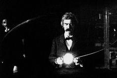 Марк Твен в лаборатории Никола Тесла (слева), 1895 г.