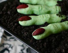 Doigts de sorcières sucrés pour Halloween. Recette sur http://www.cuisines-schmidt.com/blog/recette-doigts-sorciere-halloween/