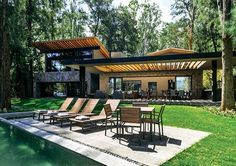 This ranch home is prefab and fab, modular and modern, eco- and kid-friendly--and teaches lessons on how to design your own. Jungle House, Forest House, Renovation Facade, Villa, Weekend House, Tropical Houses, Next At Home, Modern House Design, Cabana