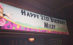 Miley encomendou um bolo com uma réplica dela coberta com folhas de maconha e ainda distribuiu máscaras com seu rosto para os convidados. Strippers também subiram ao palco para dançar. Alguém tinha dúvida de que isso aconteceria?  A festa de 21 anos de Miley Cyrus também contou com várias bonecas infláveis espalhadas pelo local e com essa faixa aí de cima, com uma Minnie, para lembrar os tempos de Disney de Miley. Será que o Niall e o Liam se divertiram? :P