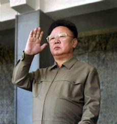 Kim Jong Il Millioner af døde: 0,1 'Den Kære Leder' er en playboy med smag for blondiner og tegnefilm. Råder over en af verdens største hære, og et personligt korps af ludere. Alle radioer i nordkorea kan kun tage én station.