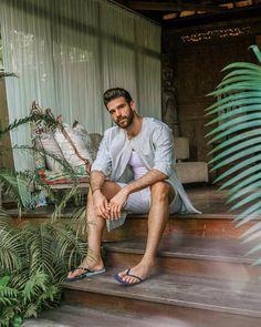 male in flip flops and barefoot photography Moustache, Preppy Men, Barefoot Men, Mens Flip Flops, Men Photography, Male Feet, Hairy Men, Good Looking Men, Bermudas