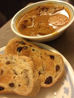 Chicken curry with toasted bread