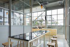 Blue Bottle Coffee Kiyosumi-Shirakawa Roastery & Café by Schemata Architects, Tokyo – Japan Diy Interior Doors, Retail Interior, Cafe Interior, Coffee Shop Interior Design, Restaurant Interior Design, Restaurant Interiors, Design Blog, Cafe Design, Store Design