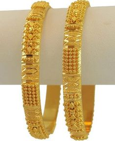 Gold Bangles always have a visual appeal in Indian Wedding Jewelries.At Mothers'zone, find some unique gold bangle design collections for Indian Brides. Gold Bangles For Women, Gold Bangles Design, Gold Earrings Designs, Gold Jewellery Design, Designer Bangles, Gold Wedding Jewelry, Gold Jewelry, Bridal Bangles, Maharashtrian Jewellery