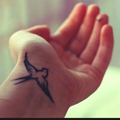tattoo hangelenk freiheit inspiration vogel