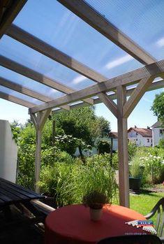 Ein Holz-Terrassendach der Marke REXOcomplete 7m x 2,5m mit transparenten REXOclear Stegplatten. Bei dieser Terrassenüberdachung wurde eine individuelle Breiten- und Tiefenanpassung (auf 6,42 x 2,30m) vorgenommen. Als Farbe für die Holzschutzcreme wurde silbergrau gewählt. Die Entwässerung erfolgt durch eine farblich passende, silberne REXOdrop Regenrinne. Ort: Weilheim. #Terrassendach #Holzterrassendach #REXOcomplete #Stegplatten #Rexin