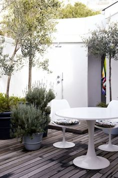 Elegant patio of wood with subtle colored plants in the planters. A very calm space. Outdoor Life, Outdoor Rooms, Outdoor Gardens, Outdoor Living, Outdoor Decor, Outdoor Furniture, Porches, Outside Living, Nautical Home