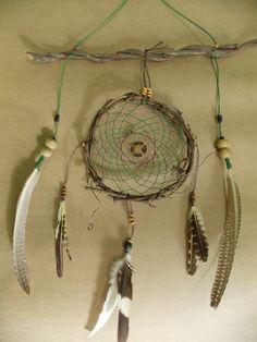 O Ateliê Fialho acaba de confeccionar um belíssimo Filtro dos Sonhos. O Filtro dos Sonhos é um artefato indígena nativo americano originado na tribo dos Ojibwa. Conta uma velha lenda dos nativos norte-americanos, que um velho índio ao fazer uma Busca da Visão no topo de uma montanha, lhe apareceu IKTOMI, a aranha, e comunicou-se em linguagem sagrada.A Aranha pegou um aro de cipó e começou a tecer uma teia com cabelo de cavalo e as oferendas recebidas. Enquanto tecia, o espírito da Aranha ...