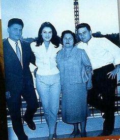 Dalida sur la terrasse de l'hôtel Hilton au Caire en avril 1959 avec sa mama, son grand frère Orlando et son jeune frère Bruno