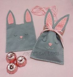 Artes da Luci cute rabbit bags, for easter instead of plastic eggs Bunny Crafts, Felt Crafts, Easter Crafts, Diy And Crafts, Spring Crafts, Holiday Crafts, Diy Ostern, Fabric Gifts, Felt Patterns