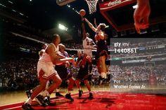 Fotografia de notícias : Michael Jordan of the Chicago Bulls shoots a...