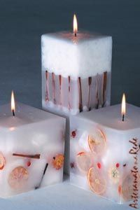Vela com Elementos - Artesanato na Rede Fancy Candles, Diy Candles, Candle Art, Candle Lanterns, Homemade Scented Candles, Paraffin Candles, Natural Candles, Candle Making, Decoration