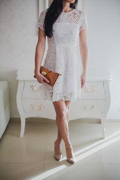 Dostępne różne rozmiary – sukienka w apetycznym, śmietankowym kolorze – kreacja w całości z niezwykłej koronki, co daje bardzo dziewczęcego wyrazu – niesamowita sukienka o linii A – przepiękny, koronkowy dekolt i rękawki, a także zjawiskowe wykończenie dołu sukienki – fantastycznie podkreślona talia i zatuszowana partia bioder – kreacja doskonała na wesele, komunię, chrzciny czy