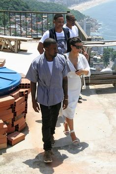 Kanye West Rocks Kimono and Visvim FBT Shaman Sneakers in Brazil Kanye West And Kim, Kim Kardashian Kanye West, Kimono Shirt, Vs The World, Cool Street Fashion, Coachella, Style Inspiration, Mens Fashion, Nice Men