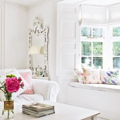 White living room with window seat. How I'd love a window seat! Salon Shabby Chic, Shabby Chic Decor Living Room, Shabby Chic Stil, Estilo Shabby Chic, Romantic Shabby Chic, Shabby Chic Homes, Decor Room, Living Room White, Home Living Room