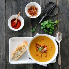 OVNSBAKT GULROTSUPPE MED GULROTCHIPS Thai Red Curry, Chili, Brunch, Eat, Ethnic Recipes, Food, Chilis, Meals, Yemek