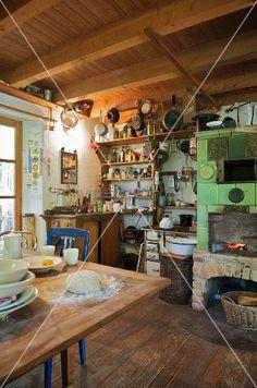 Ländliche Küche Mit Kamin, Holzofen U0026 Regalen Mit Küchenutensilien