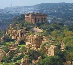 Tempio della concordia, Agrigento, e sullo sfondo Porto Empedocle. Sicilia