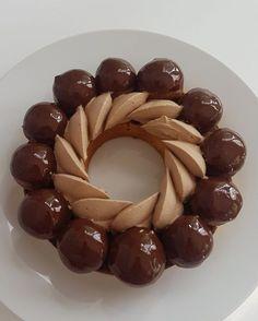 Saint honoré chocolat - recette Olivia Pâtisse Choux Pastry, Pastry Art, Eclairs, Profiteroles, Easy Desserts, Dessert Recipes, British Baking Show Recipes, Dessert Packaging, Sweet Dough