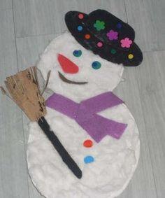Sneeuwpop van papieren bordjes. De bordjes beplakken met watten en de sjaal en muts kun je van vilt maken.