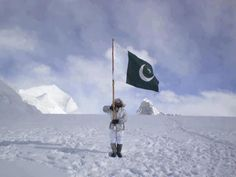 Siachin Photos – A Pakistani Soldier is holding a large Pakistani flag in Siachin – Pictures of Siachin Pakistan Army, Pakistan News, Pak Army Quotes, Air Force Fighter Jets, Happy Independence Day Pakistan, Pakistan Pictures, Pak Army Soldiers, Pakistan Armed Forces, Joker Hd Wallpaper