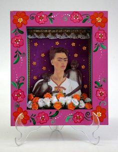 https://flic.kr/p/8wwjBo | Relicário Janela Rosa | Essa peça é aberta e sem vidro, mede 18,5 cm de largura, 21,5 cm de altura e 4 cm de profunidade. O fundo é de tecido pintado na cor magenta.