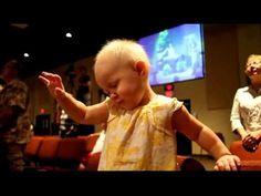 Criança de 1 ano Louvando e orando a Deus na igreja crente - YouTube