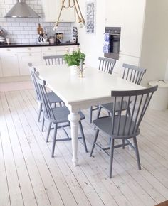 Bildresultat för bord till pinnstolar Kitchen Dining, Dining Table, Coffee Shop Bar, Upcycled Furniture, Country Living, Wonderful Places, Home Kitchens, Sweet Home, Interior Design