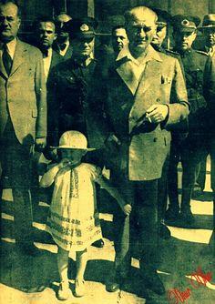Atatürk küçük Ülkü ile, arkada Kılıç Ali...