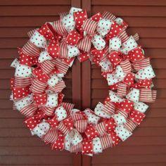 Voici un tuto pour faire une couronne de Noël avec des rubans. Il vous faut : - Un cercle en fer ou un porte manteau - Des rubans ou du tissus que vous aurez coupé Si vous prenez un porte manteau metter le en forme Vous pouvez également faire une couronne...
