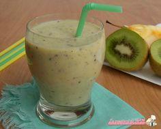 Frullato di kiwi e mela con latte, bevanda per colazione o merenda ricca di vitamina C, antiossidante e adatta anche ai bambini.