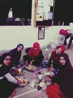 Nikmatnya kebersamaan.. Buber with adek2 TMA at masjid FH UII