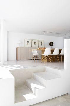une salle à manger surélevée. Notez le détail de jonction entre le sol parquet et le sol pierre de l'escalier