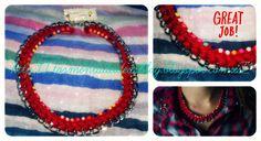 Colgante de cadena, trenzado en color rojo y decorado con 'strass' multicolor Precio: 6,50 €/unidad