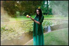 """*#Märchenstunde*  Mit dem #Model Ravenchild  Am nächsten Tag, als sie mit ihrem Vater und ihren Schwestern bei Tische saß, klopfte es auf einmal an der Tür und eine Stimme rief: """"#Königstochterjüngste, mach mir auf!"""" Als sie nachsah, wer dort saß, erkannte sie den #Frosch. Ihr Vater fragte, wer beim Essen störe und so erzählte sie ihm die ganze #Geschichte.  (Aufgeschrieben von Sara Pichireddu)  #märchen #cosplay #fotografie #Shooting #wunderlandillusion #Froschkönig"""