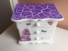 Porta-jóia de MDF com 3 gavetas decorado com decoupage e craquelê. Antique Boxes, Dyi, Recycling, Decorative Boxes, Wraps, Miniatures, Antiques, Projects, Gifts