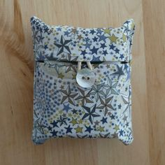 pochette à kleenex Artist Couture, Diy Sac, Diy Bags Purses, Cloth Pads, Diy Papier, Gifts For Photographers, Creation Couture, Couture Sewing, Liberty Print